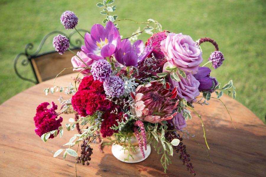 Decoração de casamento ao ar livre no RJ - Mesa com vaso florido, no Lago Buriti