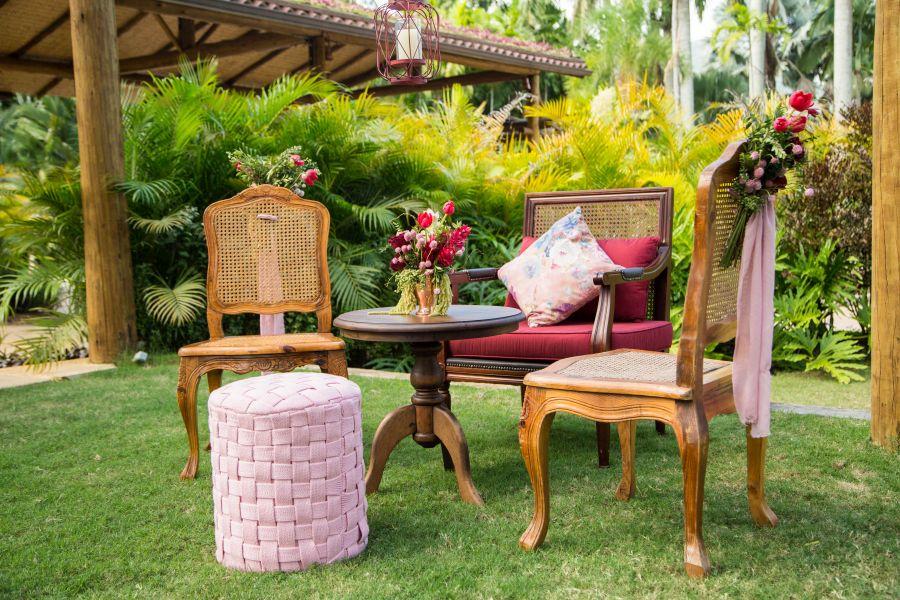Decoração de casamento ao ar livre no RJ | Mesa e cadeiras no jardim, com vaso de flores variadas.
