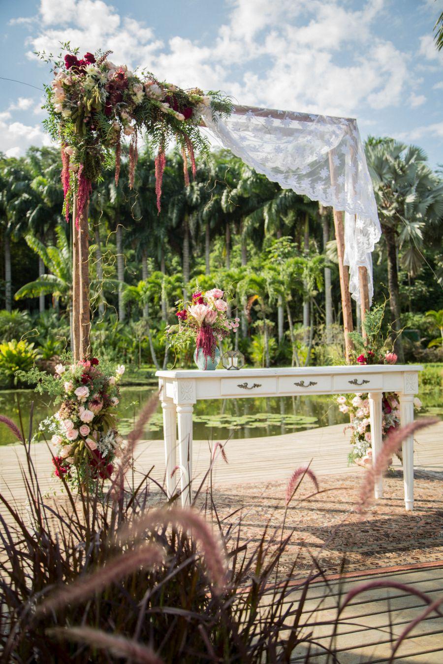 Decoração de casamento ao ar livre no RJ | Altar decorado com flores ao lado do lago.